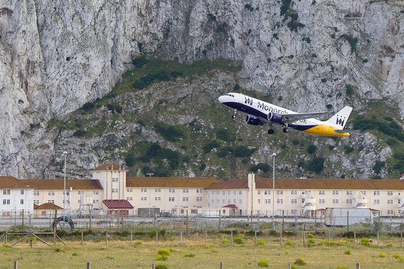 Un avión despega del aeropuerto de Gibraltar. Foto: Infogibraltar