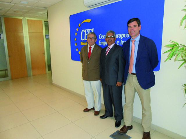 Samuel Vásquez, representante de la universidad USMA, junto a Miguel Urraca y Miguel Sánchez-Cossío, gerente y director de CEEI Bahía de Cádiz respectivamente. Foto: CEEI