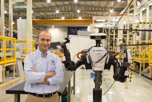 Jesús López Medina, director de Airbus Puerto Real con el robot Nextage (Kawada Industries), incorporado a la cadena de producción. Foto: Airbus