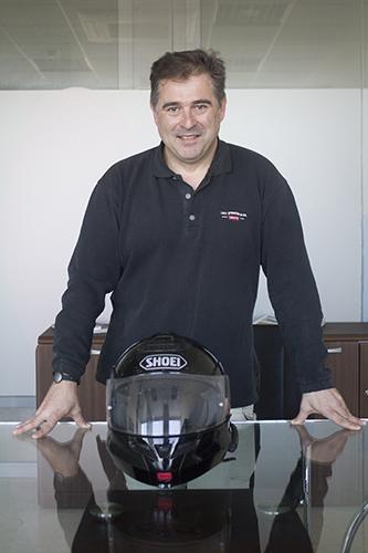 Francisco Andreu, en la redacción de EMPRESAS, con su casco. Foto: JC Sánchez