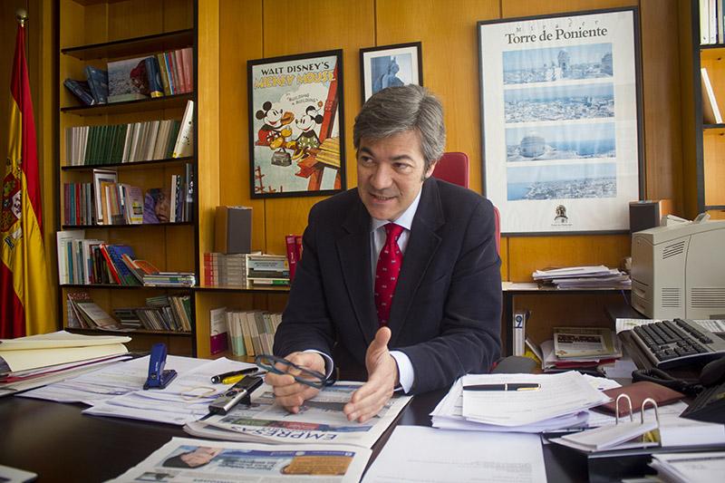 Eugenio Fausto Santa Bárbara Martínez, en su despacho de la Inspección Provincial de Trabajo y Seguridad Social de Cádiz. Foto: JC Sánchez