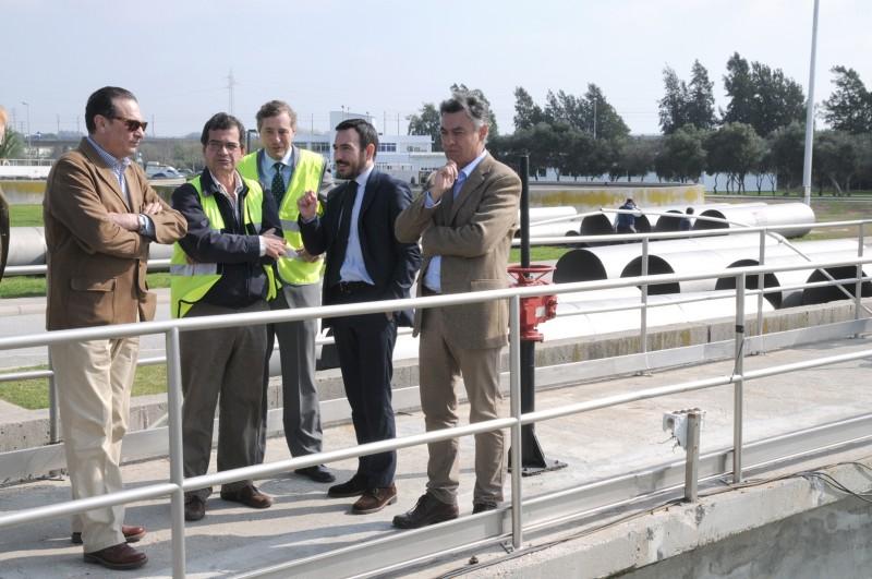 Federico Fernández y Fernando López junto a técnicos de la E.D.A.R. en su visita al inicio de las obras. Foto: JA