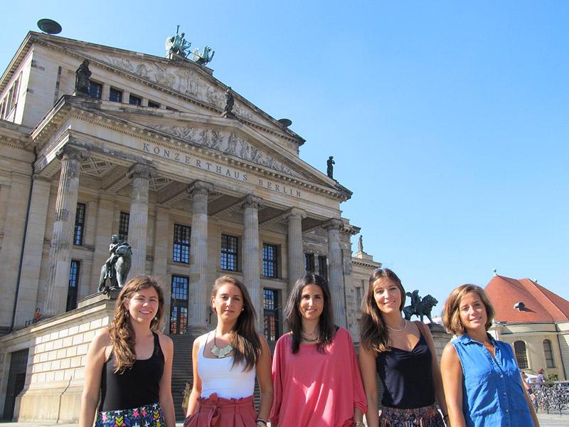 Las cinco jóvenes andaluzas protagonistas de este reportaje, ante el Konzerthaus de Berlín.