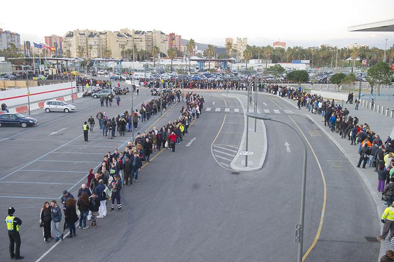Miles de personas hacen cola para salir del Peñón, en una fotografía reciente. Foto: Infogibraltar/Marcos Moreno