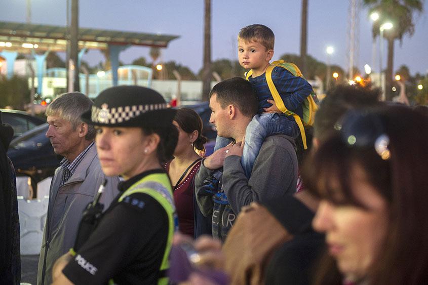 Un ciudadano mantiene a su hijo durante la espera. Foto: Infogibraltar/M.M.