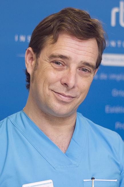 El doctor Rábago, en el Instituto de Odontología y Cirugía Oral RBG Clinic en Jerez. Foto JC Sánchez