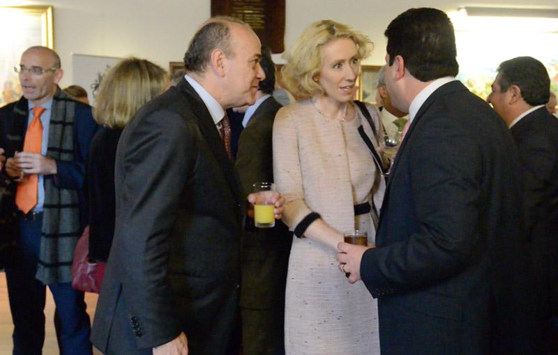 En la imagen el ministro de Finanzas, Albert Isola, con Samantha Barras y el ministro principal Fabián Picardo.