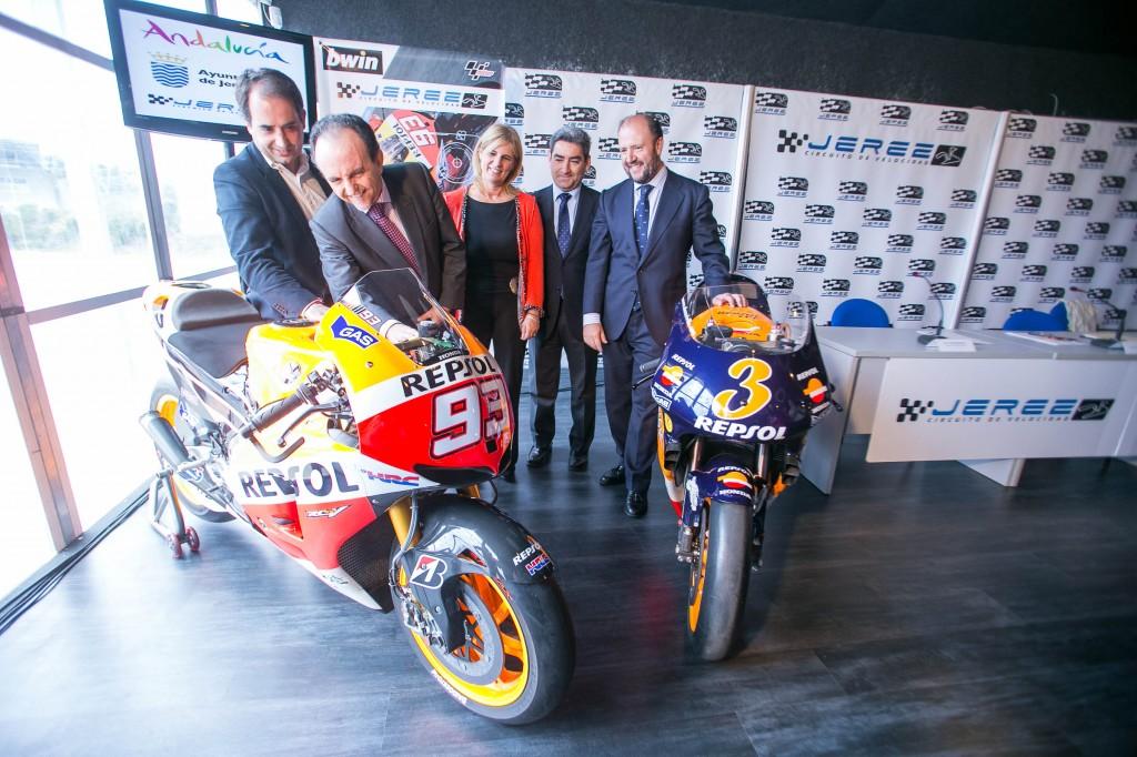 El consejero de Turismo y Comercio, Rafael Rodríguez, junto a la alcaldesa de Jerez, María José García-Pelayo, en un momento de la presentación del Gran Premio.
