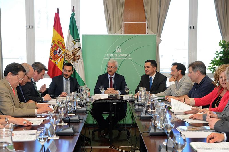 El consejero de Presidencia, Manuel Jiménez Barrios, el delegado del Gobierno, Fernando López Gil, con los agentes sociales y económicos de la provincia de Cádiz. Foto; JA