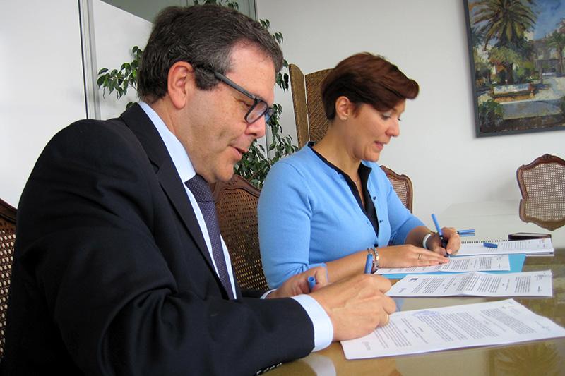 Araujo, firmando el convenio con el presidente de la Cámara. Foto: Ayto. de la Línea