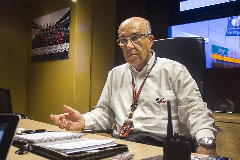 Carmelo Ezpeleta, en su oficina móvil, en el Circuito de Jerez. Foto: JC Sánchez