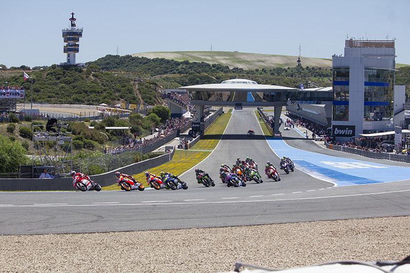 La impresionante salida de la carrera de MotoGP en el último gran premio celebrado los días 2, 3 y 4 de mayo en el circuito de velocidad de Jerez. Foto: JC Sánchez