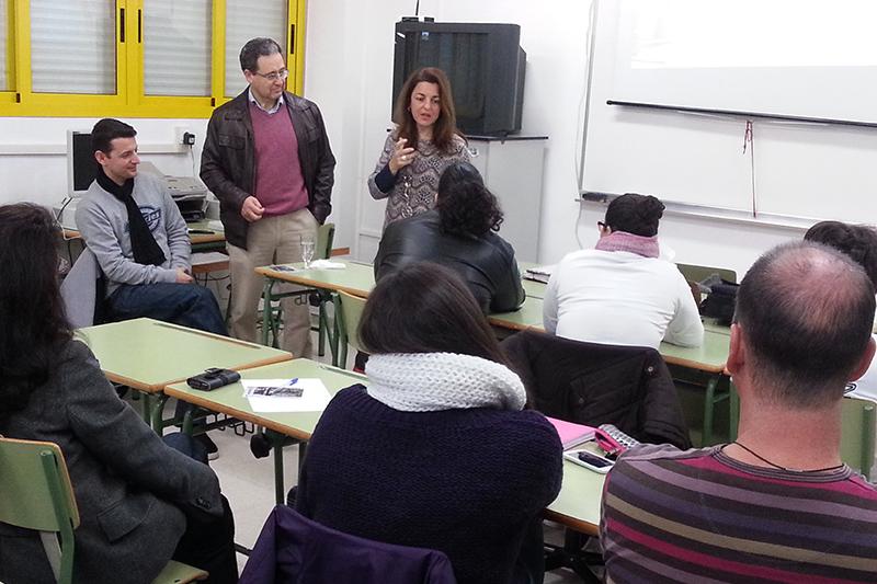 Jesús González Beltrán, concejal Delegado de Fomento, visita los cursos impartidos por Elisa del Valle Pérez, técnico de este Área.