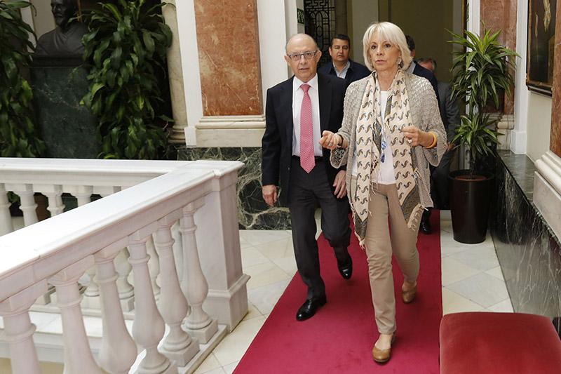 El ministro de Hacienda, Cristóbal Montoro, y la alcaldesa de Cádiz, Teófila Martínez. Foto: M.F.