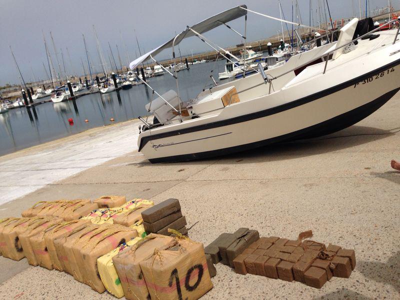 La embarcación de recreo interceptada en Conil que iba dirección a Puerto América (Cádiz). Foto: Guardia Civil