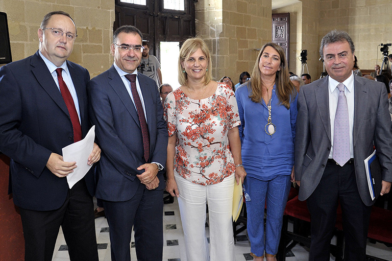 La alcaldesa de Jerez, María José Garcia Pelayo (centro), con representantes de AENA Foto: Manu López