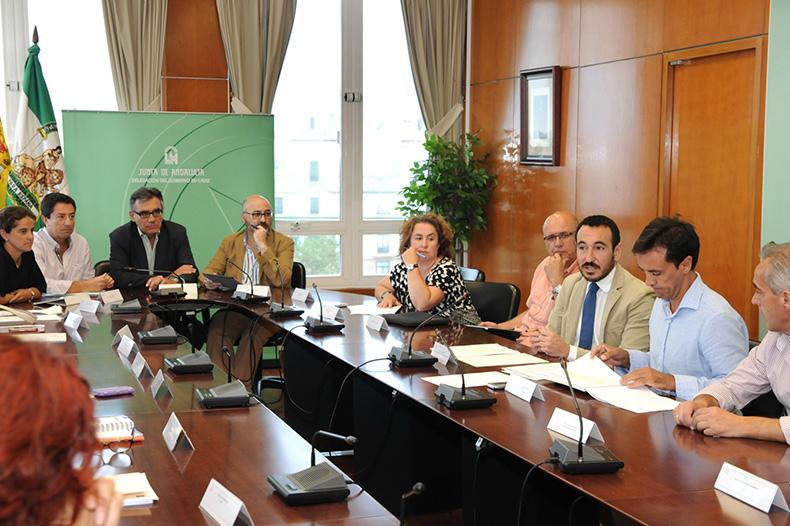 El delegado del Gobierno andaluz en Cádiz, Fernando López Gil, se dirige a los representantes municipales.
