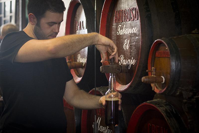 El vino, la estrella de los tabancos, como ocurre en El Pasaje, donde se pueden comprar y embotellar a la vista los de la bodega Maestro Sierra. Foto: J.C. Sánchez