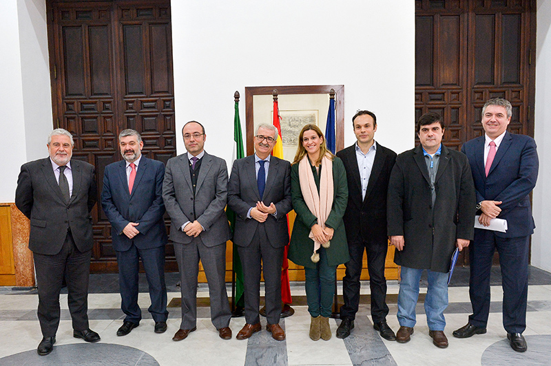 El consejero de Presidencia, Manuel Jiménez Barrios, con los sectores afectados por el cambio. Foto: J.A.