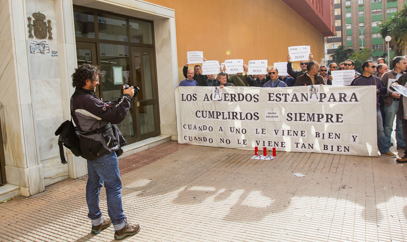 El colectivo de ex trabajadores de Delphi en una protesta ante los juzgados gaditanos. Foto: JC Sánchez