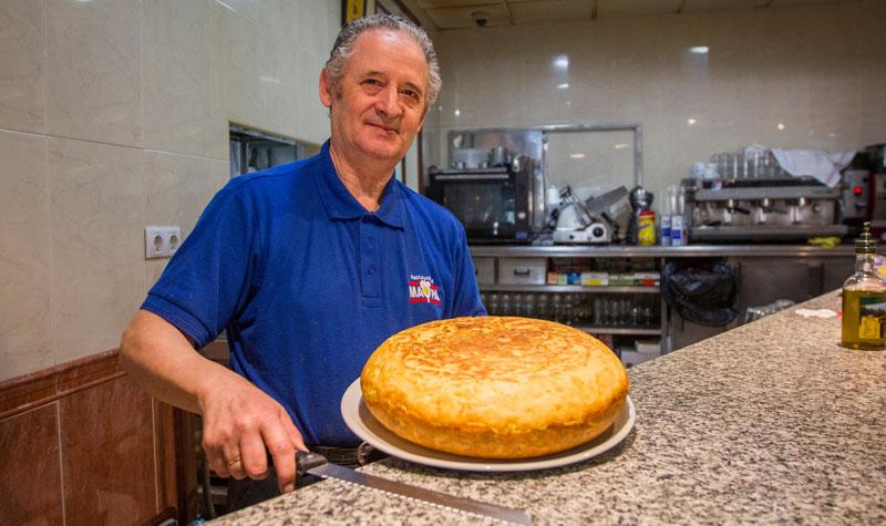 Juan Antonio García, ahora ya jubilado, uno de los más veteranos camareros de Jerez. Foto: JC Sánchez