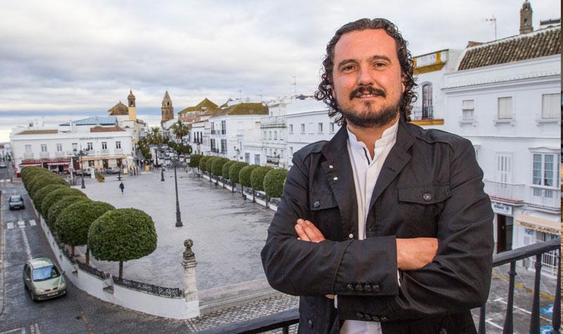 El alcalde de Medina Sidonia, Fernando Macías, en el balcòn principal del ayuntamiento. Foto: JC Sánchez