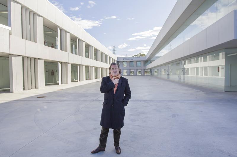 Rafael Otero posa en el patio de la Escuela de Ingenieros de Puerto Real, uno de sus proyectos más destacados. Foto: JC Sánchez