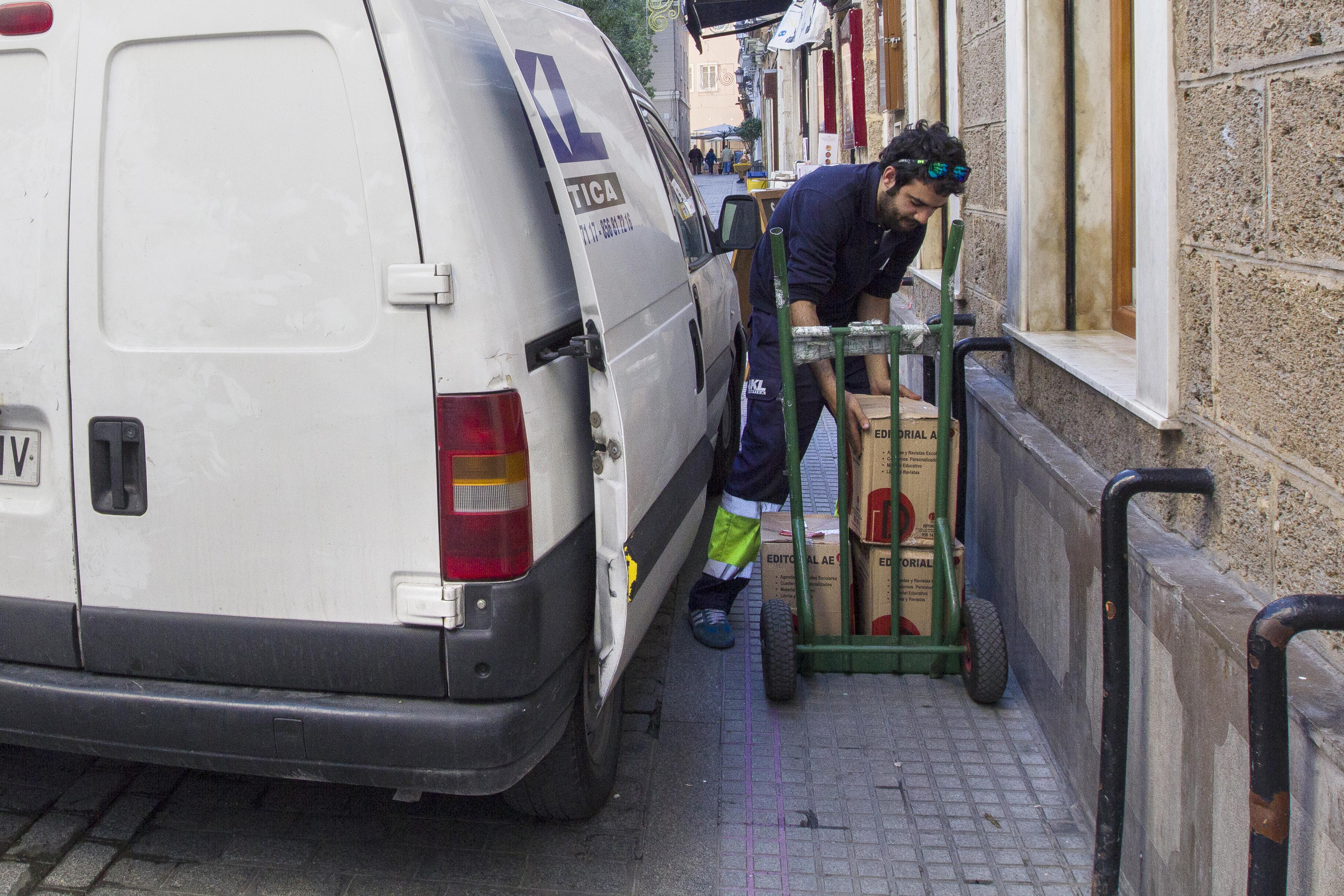 Repartidor, descargando mercancía. Foto: JC Sánchez