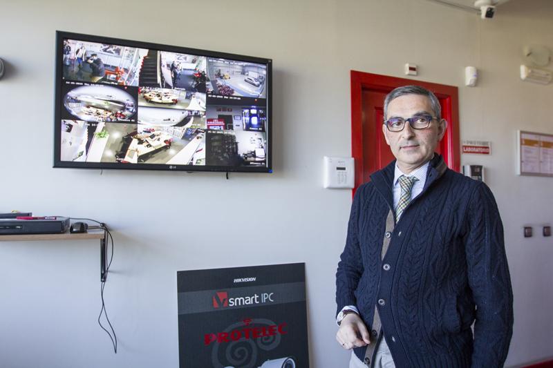 Ernesto Romero muestra en un gran plasma los últimos avances en materia de cámaras de seguridad. Foto: JC Sánchez