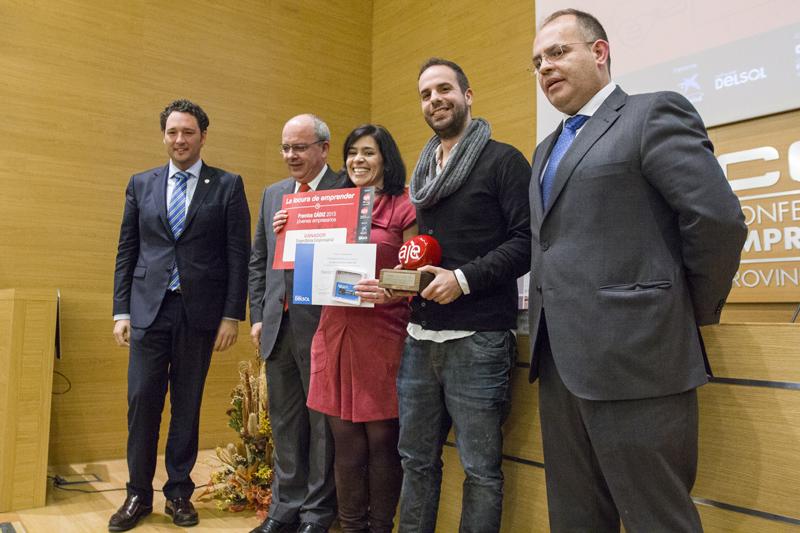 Alfredo Pérez y María Vera recogen el premio de manos de José Andres Santos y Javíer Sánchez Rojas. Foto: JC Sánchez