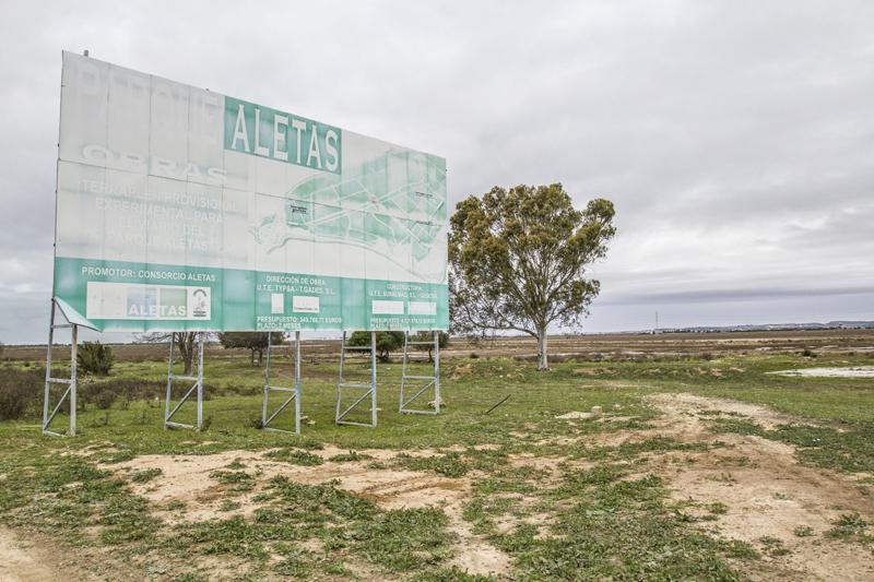 Cartel, ya desgastado por la lluvia, el sol y el viento, que anuncia el proyecto de las Aletas desde hace años. Foto: JC Sánchez