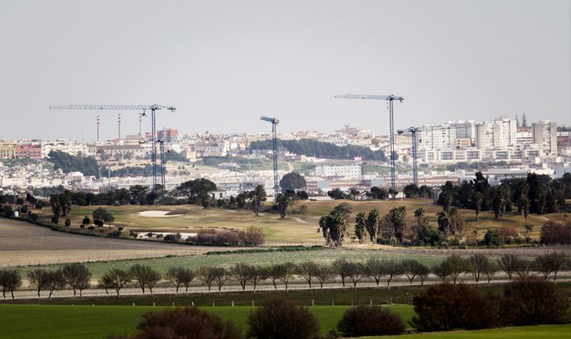 Este paisaje de grúas paralizadas es reflejo de la crisis del sector. Foto: JC Sánchez