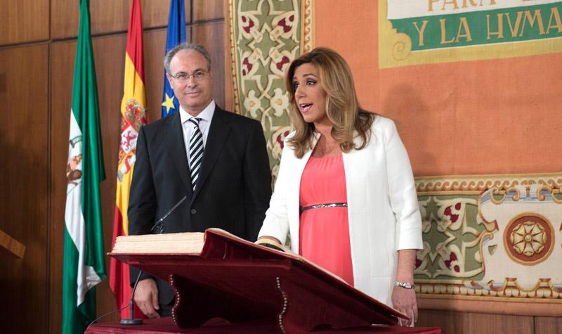 La presidenta de la Junta, Susana Díaz jura su cargo ante el presidente del parlamento, Juan Pablo Durán. Foto: J.C. Sánchez
