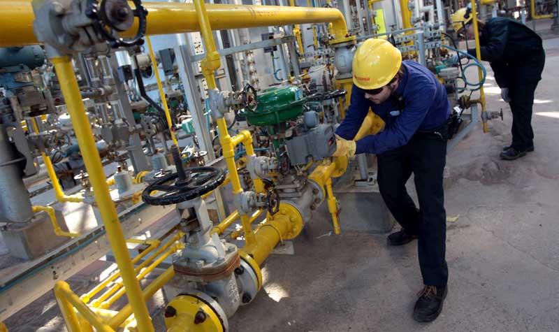 Trabajadores en la refinería 'Gibraltar-San Roque'