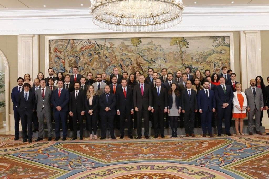 El rey Felipe VI posa junto a los jóvenes empresarios españoles.
