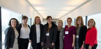 Las integrantes de Mujeres Imparables posan con la presidenta de la Diputación de Pontevedra. A la derecha, María Valencia.